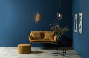Wand in Petrol und ockerfarbene Möbel, passend zum Warm Nordic Living-Trend