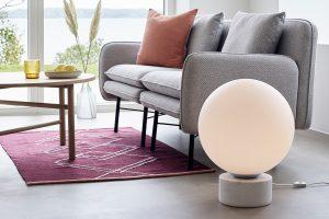 Teppich in Lila und graues Sofa