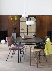 Essgruppe im Warm Nordic Living-Stil un verschieden farbigen Stühlen