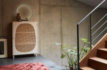 Der Schrank mit Wiener Geflecht steht an der Wand, gleich rechts daneben ist die Treppe im Flur