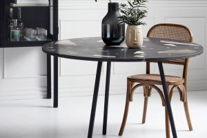 Runder Esstisch mit einem Stuhl aus Holz und mit Wiener Geflecht von Nordal