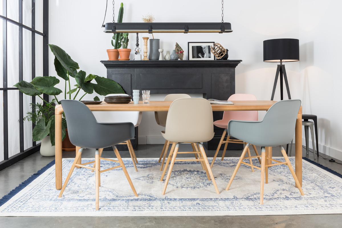 Moderne Schalenstühle in verschiedenen Farben