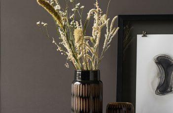 Trockenblumen mit weiteren Accessoires dekoriert