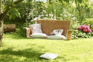 Auch eine hübsche Deko-Idee für den Garten: eine Hänkeschaukel