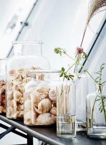 Schöne Idee: Vasen mit Urlaubsmitbringseln dekorieren