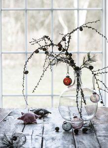 Zweige mit Kugeln gehen in der Advents- und Weihnachtszeit immer