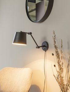 Die Wandgestaltung im Wohnzimmer geht auch praktisch mit Lampen