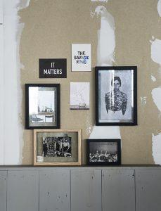 Geht immer: eine Bilderwand im Wohnzimmer